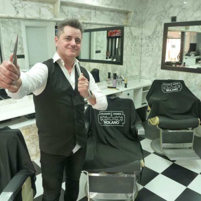 Orgulloso de ser peluquero y barbero